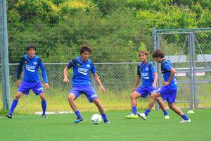 今季初出場した北九州戦で活躍した徳島GK長谷川徹(右から3人目)=5月28日、鳴門ポカリスエットスタジアム