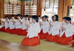 礼儀作法などを学ぶみこ役の女性たち=鳴門市大麻町の大麻比古神社