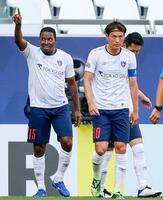 FC東京―パース 前半、先制ゴールを決め、喜ぶFC東京・アダイウトン。右は東=カタール・アルラヤン(ゲッティ=共同)