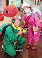 「かめじい」と「かめママ」に扮する西口さん(左)と川西さん=美波町観光協会