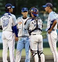徳島対高知 初回3点を失った徳島の先発相澤(左)の元に駆け寄る牛田コーチ(右)=JAバンク徳島スタジアム