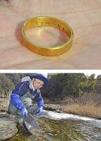 【上】丸岡さんが砂金で作った指輪。「KINSHA」と彫ってある【下】銅山川で砂金を採取する丸岡さん=三好市山城町