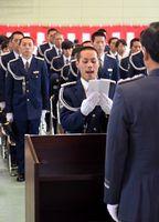 卒業生を代表して決意を述べる浅田巡査=徳島市論田町の県警察学校
