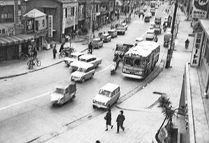 大都会の光景を思わせる今から約半世紀前の国道55号万代町付近=1965(昭和40)年、赤井尚さん提供