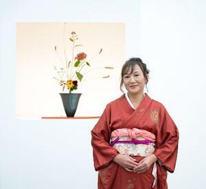 ロンドンで開催された「チェルシーフラワーショー」でシルバー・ギルト賞を受賞したスミス慶子さんとその作品=20日(主催者提供・共同)