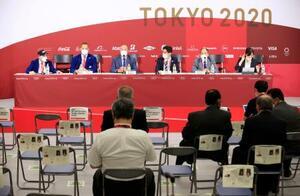 記者会見する世界空手連盟のエスピノス会長(左から3人目)ら関係者=3日、日本武道館