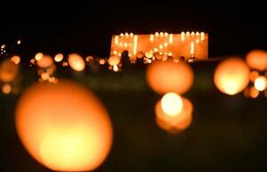 御嶽山の噴火から7年となり、追悼行事で火がともされたキャンドル。「9・27」の文字が浮かび上がった=27日夜、長野県木曽町
