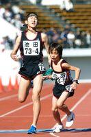 前回優勝した男子・池田。4区桑岡道(左)が5区横佐古にたすきをつなぐ=2017年11月12日、鳴門ポカリスエットスタジアム