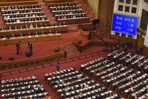 香港に国家安全法制を導入する「決定」について採択した中国全人代。右上は票数を表示する電光掲示=5月、北京の人民大会堂(共同)