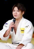 オンライン柔道教室に参加し、小学生の質問に答える阿部一二三=19日、横浜武道館