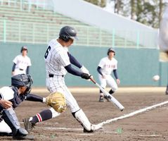 板野対阿波西 8回裏、板野2死三塁、豊富優の右翼線への適時二塁打で2―1と勝ち越す=鳴門オロナミンC球場