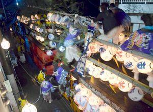 海正八幡神社の秋季例祭で激しくぶつかり合うだんじり=2015年10月、阿南市橘町幸野