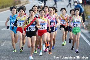 再出発の15区を一斉に飛び出す16郡市の女子選手=小松島市日開野町