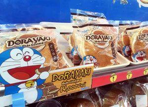 ベトナムのファミリーマートの店頭に並ぶ市岡製菓の「どら焼き」(同社提供)