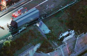 マイクロバス(右)にトラックが追突した徳島自動車道の事故現場=8月25日午後6時56分、鳴門市大津町大幸(共同通信社ヘリから)