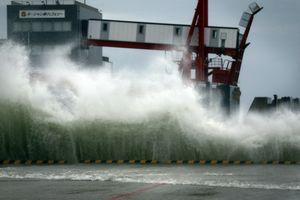 大きな波が打ち寄せるフェリー乗り場=30日午後1時半過ぎ、徳島市東沖洲二丁目