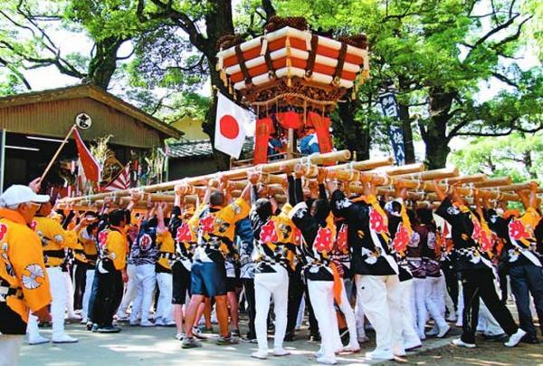 日和佐八幡神社の秋祭りで担ぎ手たちに持ち上げられる約1トンのちょうさ=2017年10月、美波町日和佐浦