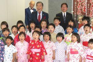鳴門の子どもたちと一緒に歓喜の歌を披露する桂文枝さん(後列右から2人目)=大阪市内