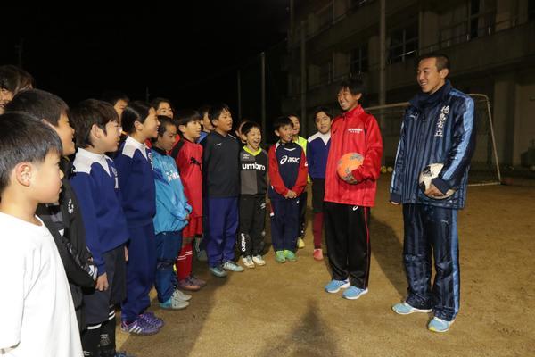 長生FCの後輩に全国大会への抱負を語る岡健太さん(右端)と百々花さん(右から2人目)=阿南市の長生小