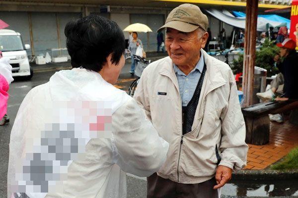 日曜市で有権者に支持を訴える候補者(左)=徳島市問屋町