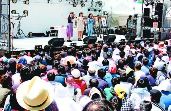 昨年5月に開かれた「マチ★アソビ」。ファンの間から今年の開催を心配する声が上がっている=徳島市の両国橋西公園