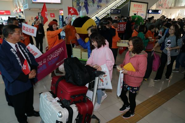 歓迎を受ける香港からのツアー客=松茂町の徳島阿波おどり空港