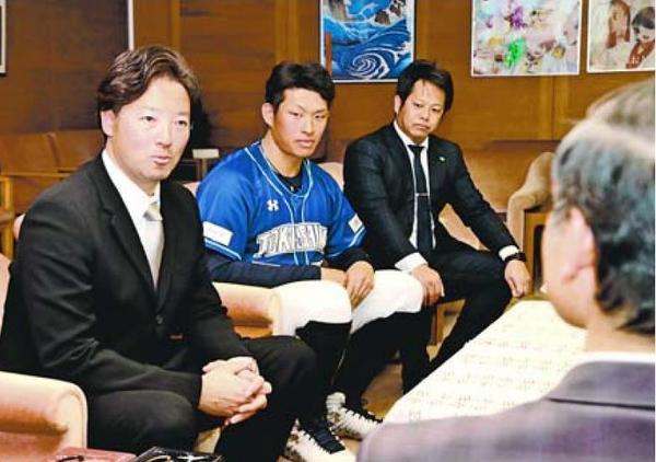 開幕を控え、飯泉知事(右)に決意を語る徳島インディゴソックスの牧野監督(左)ら=県庁