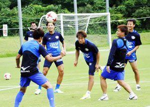 負荷の軽いボールゲームでコンディションを整える選手=徳島スポーツビレッジ