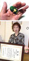 [上]田淵さんが作った新聞紙などをビニールひもで縛る際の補助器具[下]コンクールで第2席に輝いた田淵さん=藍住町乙瀬の自宅
