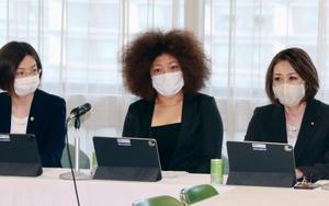 自民党のプロジェクトチームが開いた非公開の会合に臨む木村響子さん(中央)=6日午後、東京・永田町の党本部