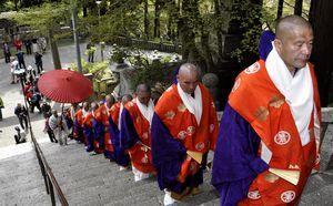 石段を登って本殿まで練り歩く僧侶ら=三好市池田町州津の箸蔵寺