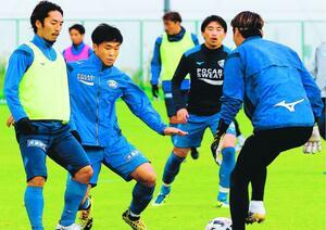 前節の敗戦から気持ちを切り替え、山口戦での勝利を目指して練習する徳島の選手=徳島スポーツビレッジ