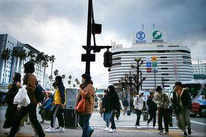 冷え込んだ徳島市内を厚着して歩く人たち=6日午後4時頃、徳島駅前