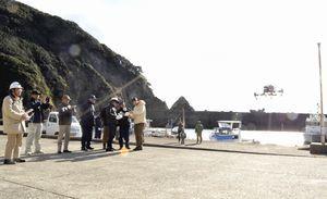 密漁対策の実証実験で飛行させたドローン=美波町の伊座利漁港
