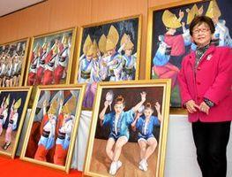 板野町に贈呈した8枚の絵の前に立つ和田さん。各地に贈った絵はこれで104枚になった=同町役場