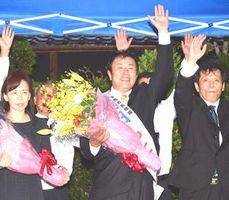 美馬市長選で無投票当選し、万歳する藤田氏(右から2人目)=12日午後7時、美馬町宗ノ分の後援会事務所