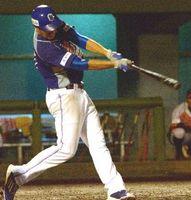 徳島対愛媛 5回、徳島1死1、3塁、トモが適時中越え二塁打を放ち5-0とする=JAバンク徳島スタジアム