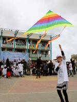 14日、パレスチナ自治区ガザ南部ハンユニスでたこを揚げる少女(共同)