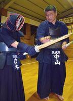 25年の歴史に幕を閉じる徳島至誠館の中山繁輝さん(右)=阿南市羽ノ浦町