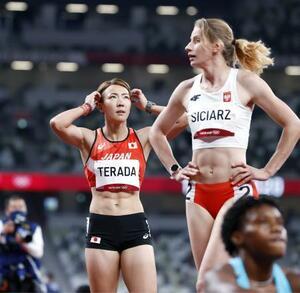 女子100メートル障害準決勝 ゴール後に電光掲示板を見つめる寺田明日香(左)。1組6着で決勝進出を逃した=国立競技場