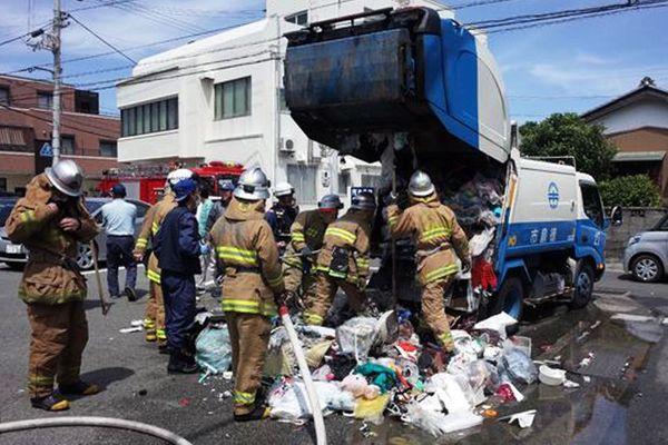 積み込んだごみから出火した収集車=8日午後1時半ごろ、徳島市八万町法花谷