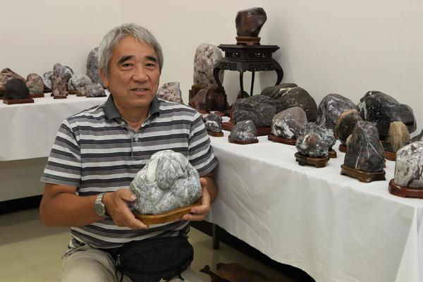 県内外で石を収集し、コレクションしている長岡さん=鳴門市撫養町のキョーエイ鳴門駅前店