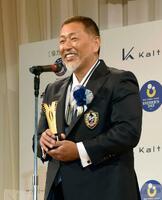 「ベスト・ファーザー賞 in 関西」に選ばれ、授賞式で笑顔を見せる清原和博さん=14日、大阪市