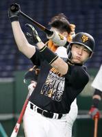 練習する巨人・丸=東京ドーム(球団提供)