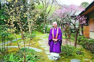 まんさくの花が咲く寂庵で笑顔を見せる瀬戸内寂聴さん=京都・嵯峨野