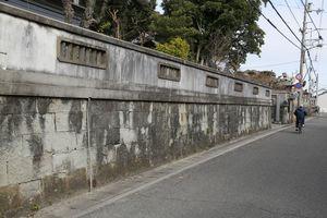 米軍艦載機の機銃掃射があった現場。長谷寺の石垣に当たった跳弾の破片が道路向かいにいた女児を襲った=鳴門市撫養町
