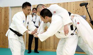 柔道部員に背負い投げを指導する野村さん(左)=鳴門市の鳴門渦潮高