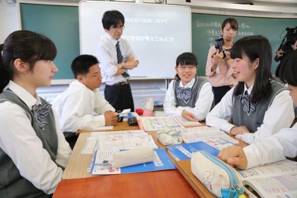 消費者庁の教材を用いた消費者教育の公開授業=徳島市の城北高校