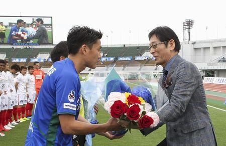 徳島の岩尾主将に花束を手渡す大杉さん(右)=鳴門ポカリスエットスタジアム