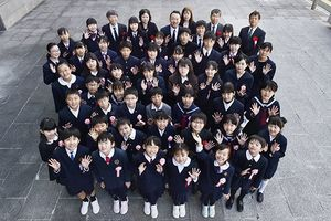第11回徳島県新聞感想文コンクールの入賞者ら=徳島市の新聞放送会館前